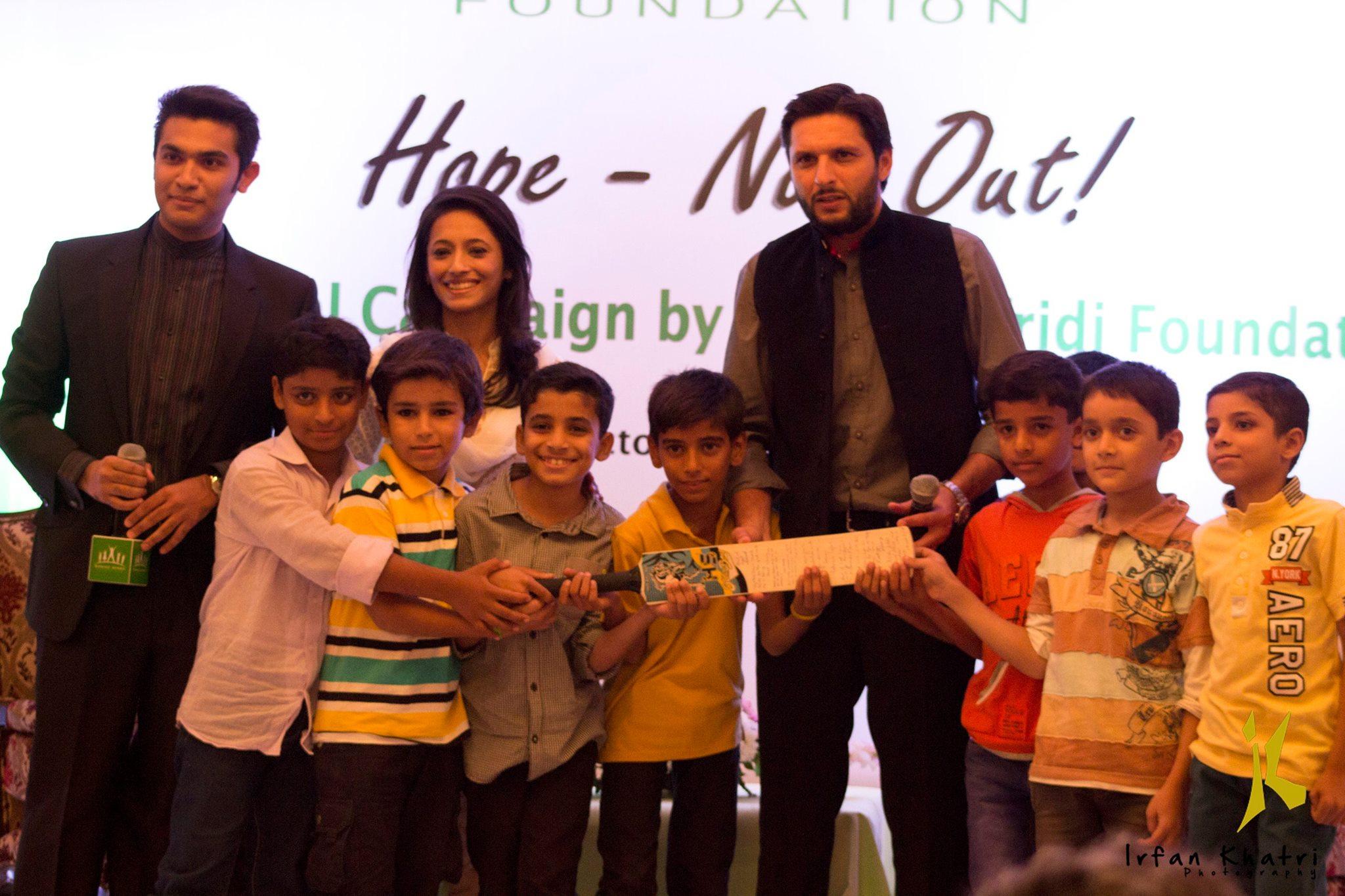 شاہد آفریدی کی نونہال شائقین کے ساتھ خصوصی تصویر (تصویر: عرفان کھتری)