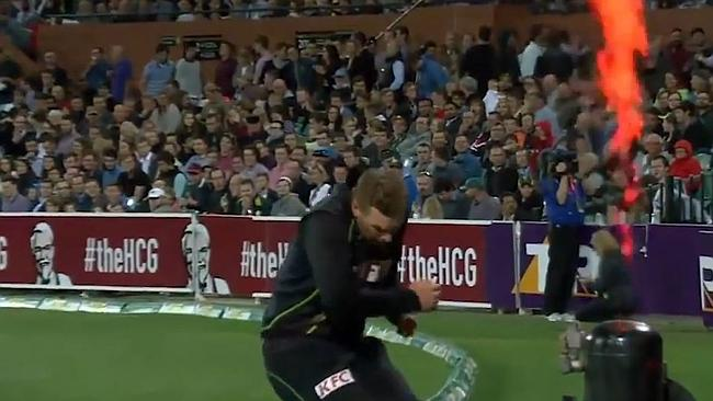آرون فنچ اپنے قریب سے گزرنے والے آگ کے سرخ شعلے سے بال بال بچے (تصویر: Cricket Australia)