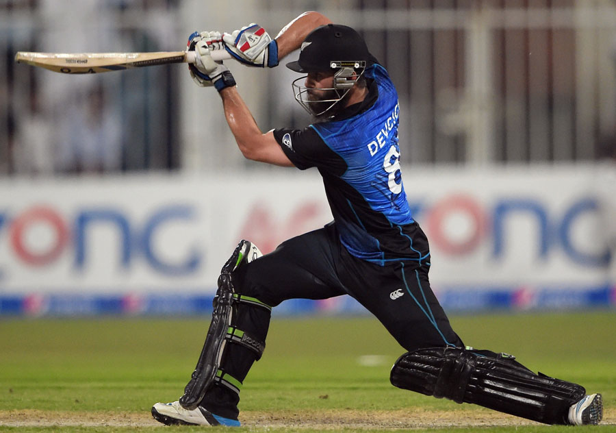 نیوزی لینڈ نے پہلی ہی وکٹ پر سنچری شراکت داری کے ذریعے مقابلے پر ایسی گرفت مضبوط کی کہ پاکستان کی سر توڑ کوشش بھی اسے جبیتنے سے نہ روک سکی (تصویر: AFP)