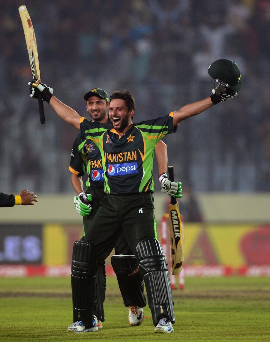 پاکستان کو سال کی واحد خوشی شاہد آفریدی نے دی، جب ایشیا کپ میں ان کے دو چھکوں نے بھارت کے لیے خلاف پاکستان کو تاریخی کامیابی عطا کی (تصویر: AFP)