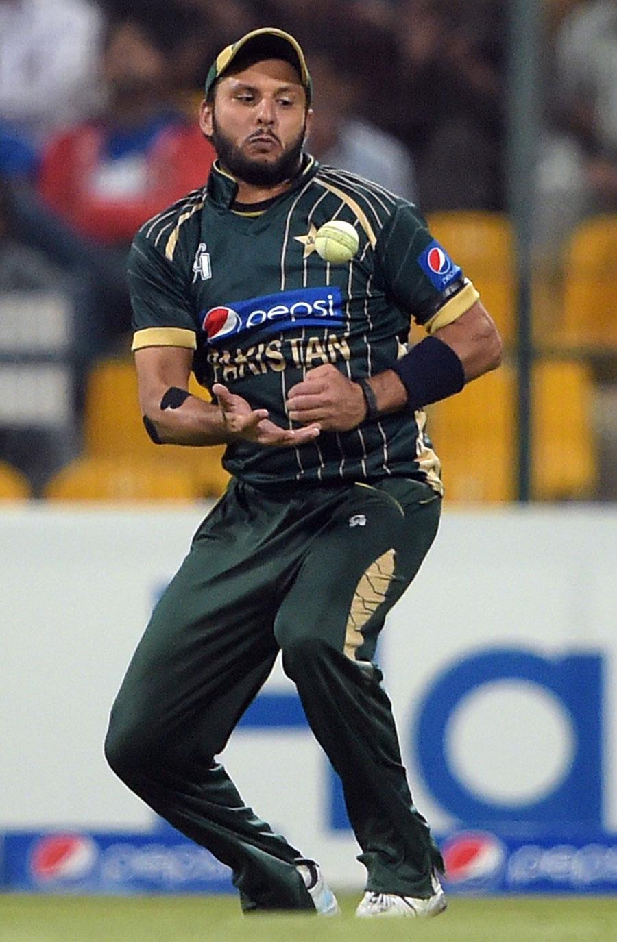 """ورلڈ ٹی ٹوئنٹی میں شکست کے بعد پاکستان کے پاس کسی نئے کھلاڑیوں کو بحیثیت کپتان آزمانے کا اچھا موقع تھا، لیکن شاہد آفریدی کو """"نیا"""" کپتان بنانے کا فیصلہ کیا گیا، وہ بھی ورلڈ ٹی ٹوئنٹی 2016ء تک (تصویر: AFP)"""