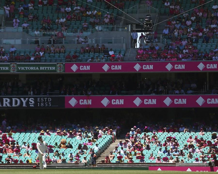اسپائیڈرکیم تاروں پر لٹکا ہوا ایک کیمرہ ہوتا ہے جو میدان کا طائرانہ منظر پیش کرتا ہے۔ آسٹریلوی کپتان کے دعوے کے برعکس گیند نہ ہی کیمرے سے ٹکرائی تھی اور نہ ہی تاروں کو چھوتے ہوئے نیچے آئی (تصویر: Getty Images)