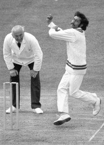 کپتان ماجد خان نے اپنے تمام اہم گیندبازوں کو آزما لیا لیکن ویسٹ انڈیز کی آخری وکٹ حاصل نہ کرسکے، یہاں تک کہ آخری اوور میں پانچ رنز کے دفاع کے لیے گیند وسیم راجہ کو تھمانی پڑی اور توقعات کے مطابق وہ بھی ناکام ہی رہے (تصویر: PA Photos)