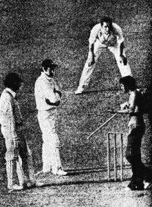سنیل گاوسکر کی سست اننگز کے دوران چند بھارتی تماشائی میدان میں داخل ہوئے اور ان سے درخواست کی کہ وہ ذرا تیز کھیلیں، لیکن سنیل نے ان کی ایک نہ سنی