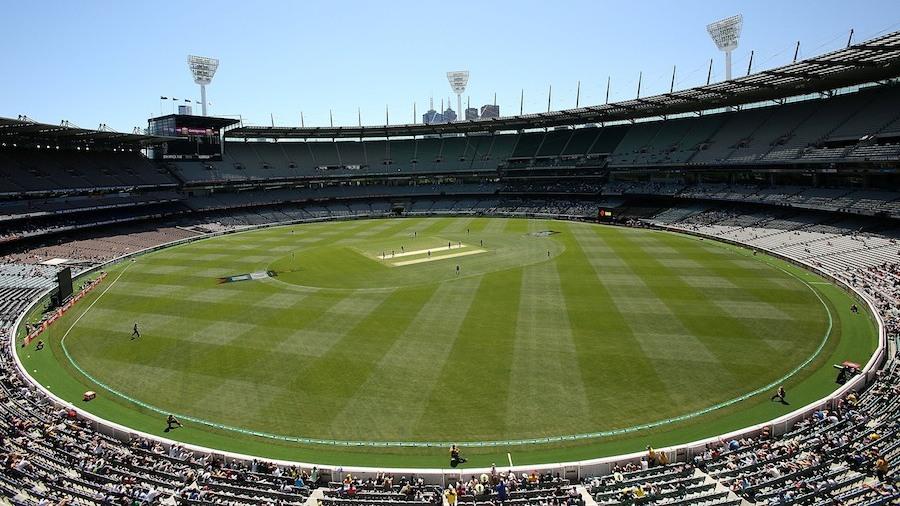 آئی سی سی بیٹ اور بال کے درمیان بگڑتے ہوئے توازن پر تشویش میں مبتلا دکھائی دیتا ہے اس لیے پہلے قدم کے طور پر باؤنڈری لائن کی کا فاصلہ بڑھایا جا رہا ہے (تصویر: Cricket Australia)