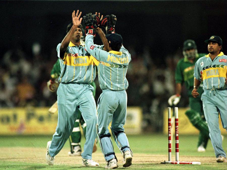 جب پاکستان حاوی تھا، عین اس وقت عامر سہیل کی غیر ضروری حرکت بھارت کو مقابلے میں واپس لے آئی (تصویر: Getty Images)