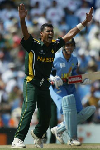 سادہ و پرکار، عالمی کپ 2003ء میں پاکستان کے باہر ہونے کے ساتھ ہی اس خوبصورت کٹ کا بھی خاتمہ ہوگیا (تصویر: Reuters)