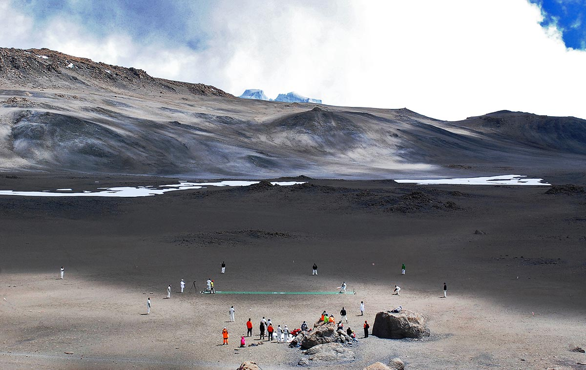 تنزانیہ کے مشہور پہاڑ ماؤنٹ کلیمنجارو کے آتش فشانی دہانے میں کوہ پیما کرکٹ کھیلتے ہوئے۔ یہ سطح سمندر سے سب سے زیادہ بلندی پر کھیلا گیا کرکٹ مقابلہ تھا جس کے لیے کھلاڑیوں نے آٹھ دن تک پہاڑوں میں ٹریکنگ کی اور پھر ایک ٹی ٹوئنٹی مقابلہ کھیلا (تصویر: AFP/Peter Martell)
