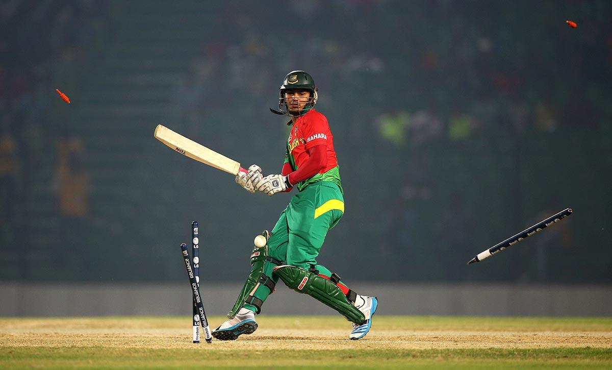 بنگلہ دیش کے نور الحسن ورلڈ ٹی ٹوئنٹی کے ایک وارم اپ مقابلے میں جنوبی افریقہ کے ڈیل اسٹین کے ہاتھوں کلین بولڈ ہونے کے بعد بکھرتی ہوئی وکٹیں دیکھ رہے ہیں (تصویر: Getty Images/Matthew Lewis)