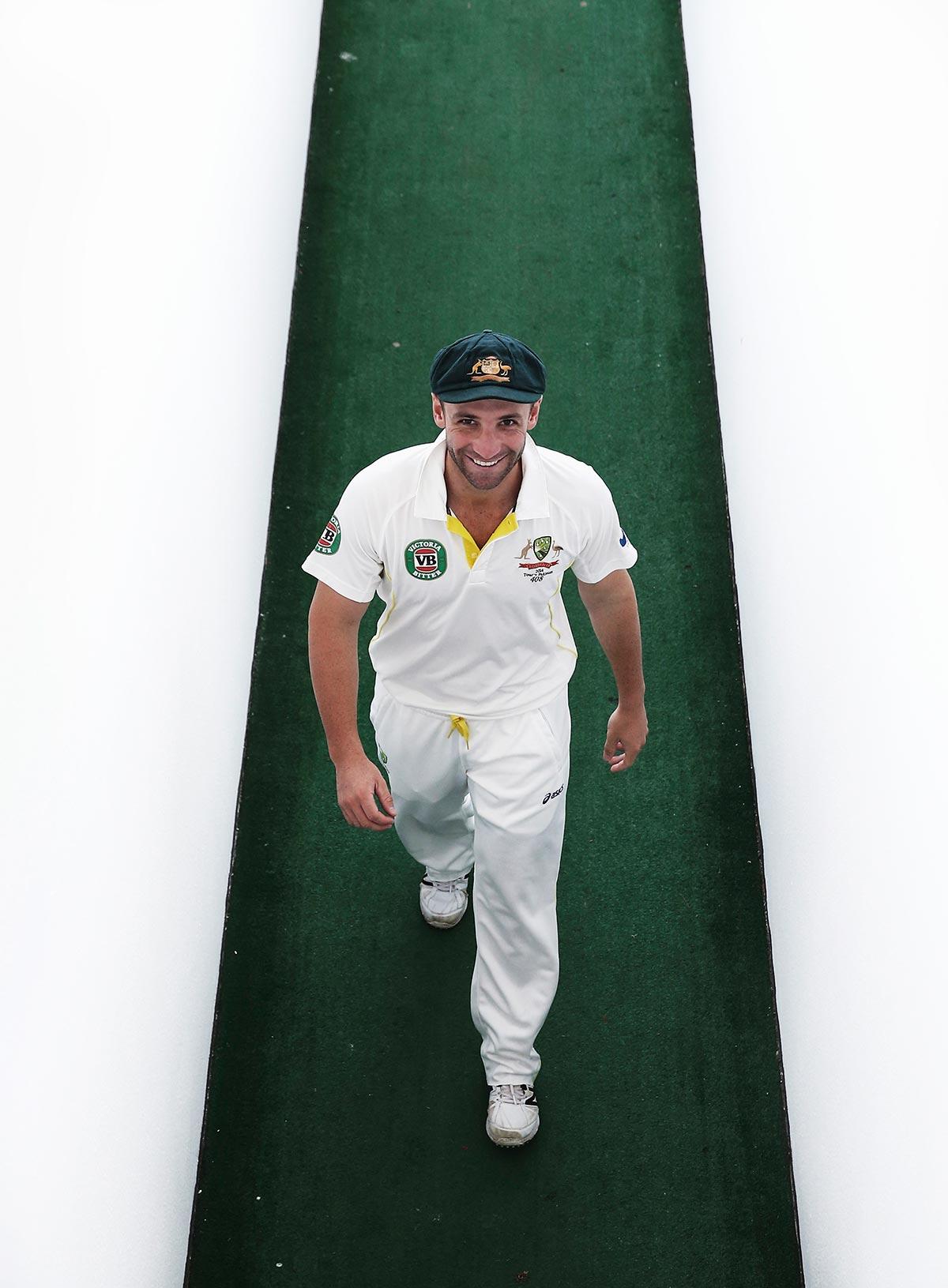 آسٹریلیا کے بارہویں کھلاڑی فلپ ہیوز ابوظہبی میں پاک-آسٹریلیا دوسرے ٹیسٹ کے دوسرے دن ڈریسنگ روم میں آ رہے ہیں (تصویر: Getty Images/Ryan Pierse)