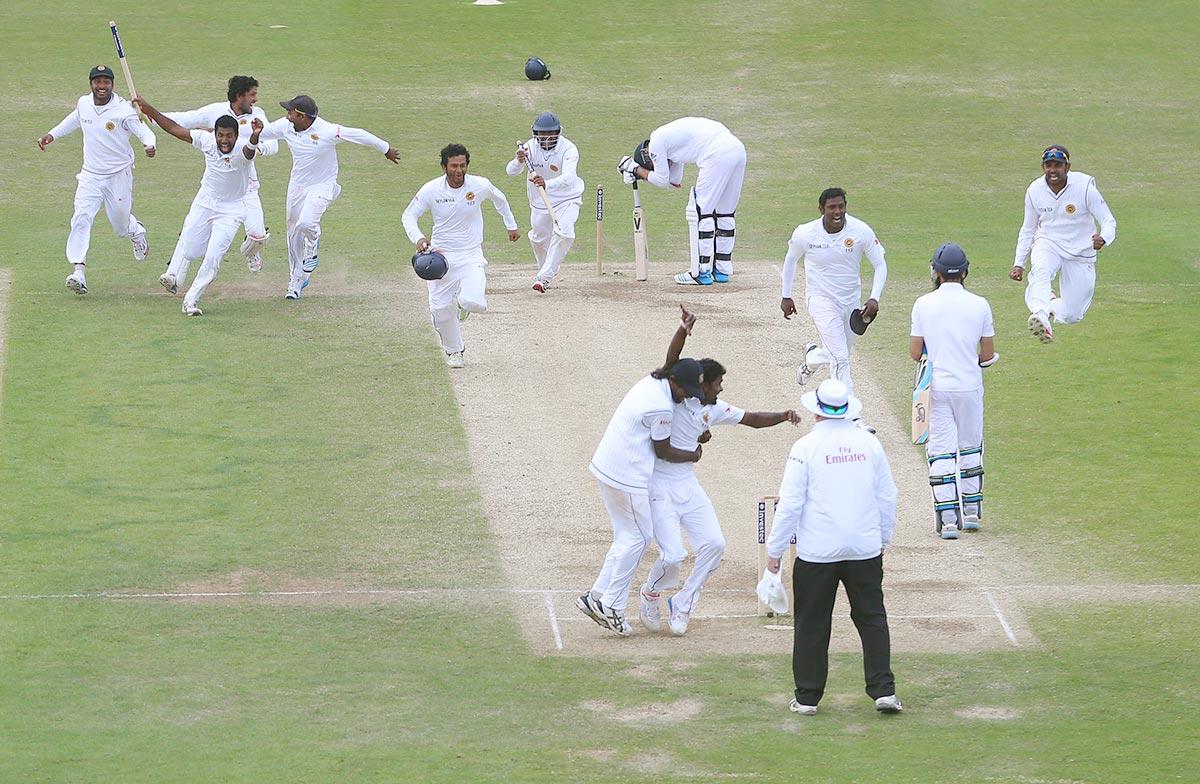 ہیڈنگلے میں انگلستان-سری لنکا دوسرے ٹیسٹ کے اختتامی لمحات میں انگلستان کے آخری کھلاڑی جیمز اینڈرسن کے آؤٹ ہونے کے بعد کا منظر۔ سری لنکا کے کھلاڑی انگلش سرزمین پر اپنی پہلی ٹیسٹ سیریز جیت کا جشن مناتے ہوئے (تصویر: Getty Images/Dave Thompson)