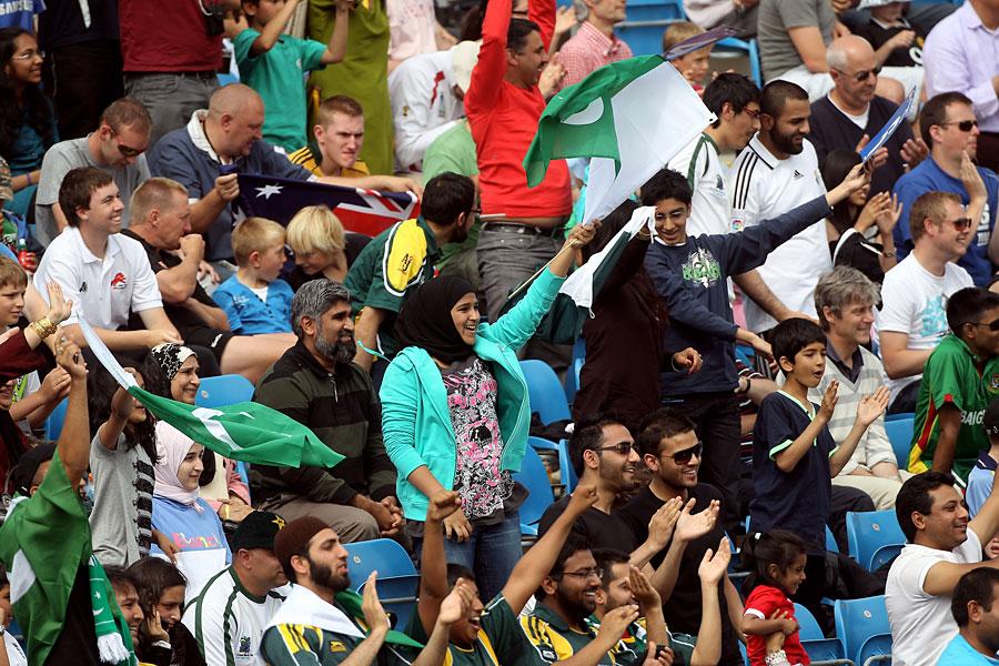 پاکستان نے 2010ء میں آسٹریلیا کے خلاف ٹیسٹ سیریز انگلستان میں کھیلی تھی، جہاں تماشائیوں کی قابل ذکر تعداد میدان میں دکھائی دی (تصویر: Getty Images)