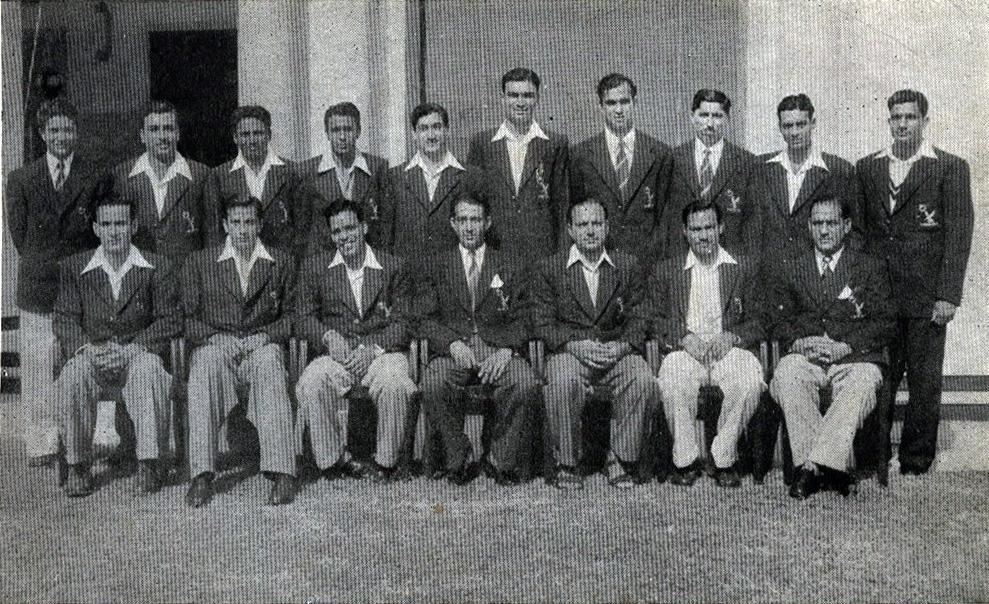 1952ء میں بھارت کا دورہ کرنے والی پاکستان کی پہلی ٹیم کا گروپ فوٹو۔ (بیٹھے ہوئے دائیں سے بائیں) امیر الہی، نذر محمد، انور حسین، عبد الحفیظ کاردار (کپتان)، امتیاز احمد، فضل محمود اور مقصود احمد۔ (بیٹھے ہوئے بائیں سے دائیں) اسرار علی، خورشید احمد، روسی ڈنشا، محمود حسین، خالد قریشی، وقار حسن، خالد عباد اللہ، وزیر محمد، ذوالفقار احمد اور حنیف محمد
