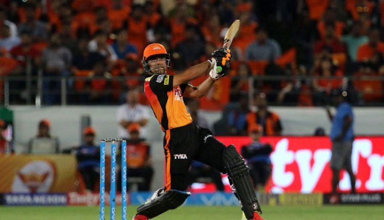 راشد خان بلے بازی کرتے ہوئے